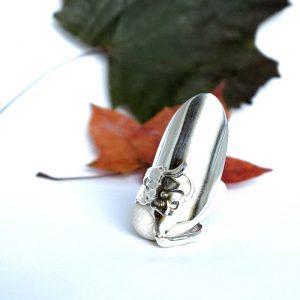 Kokonaisesta hopealusikasta muotoiltu Kukka-sormus