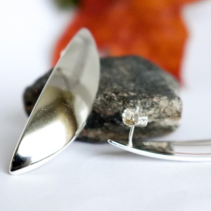 Lehdet-korvakorut, jotka on muotoiltu hopeisen, ruotsalaisen ruokalusikan pesästä. Koruissa on tappikiinnitys.