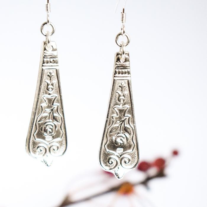 Ruusunkukka-korvakorut, jotka Sterling-hopeasta valetut riippuvat korvakorut.