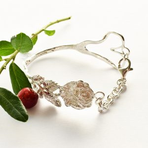 Ruususydän-rannekoru, joka valmistettu hopeisesta haarukasta.