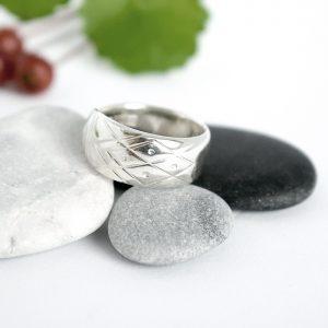 Aino-lusikan varresta valmistettu hopeasormus.