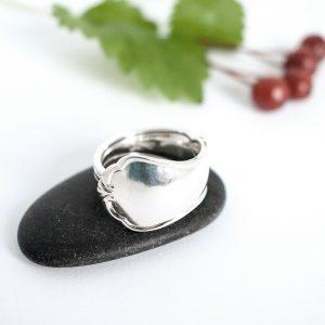 Chippendale-sormus, joka on muotoiltu hopeisen Chippendale-kahvilusikan varresta. Sormuksen leveys on leveimmästä osastaan 15 mm.