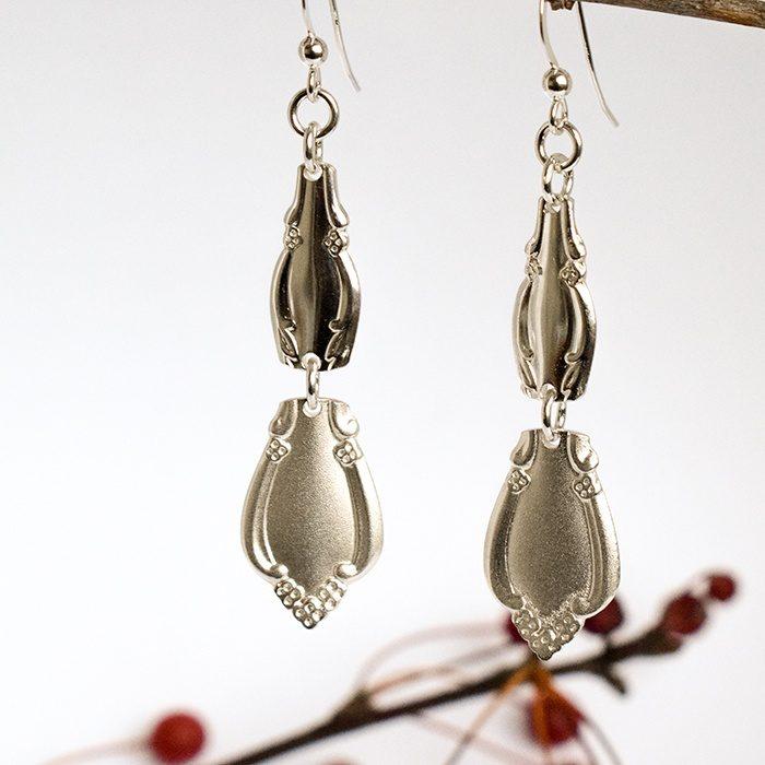 Diana-korvakorut, riippuvat, jotka valmistettu hopealusikoiden varsista.