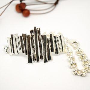 Jääpuikot-rannekoru, joka muotoiltu hopealusikoiden varsista, lisänä käsin punottua tynnyriketjua.