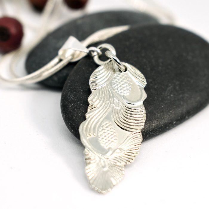Käpy-riipus on hopealusikan varresta valmistettu riipus.