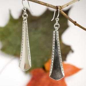 Claes Andrenin suunnittelemien hopealusikoiden varsista valmistetut puhdaslinjoiset riippuvat korvakorut.