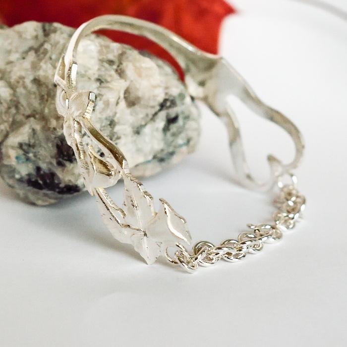 Kellokukka-rannekoru, joka muotoiltu hopeisesta haarukasta.