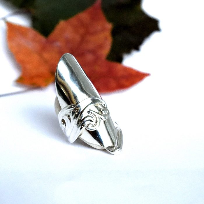 Kiekurat-sormus, joka on muotoiltu kokonaisesta hopeisesta kiekurapäisestä kahvilusikasta.
