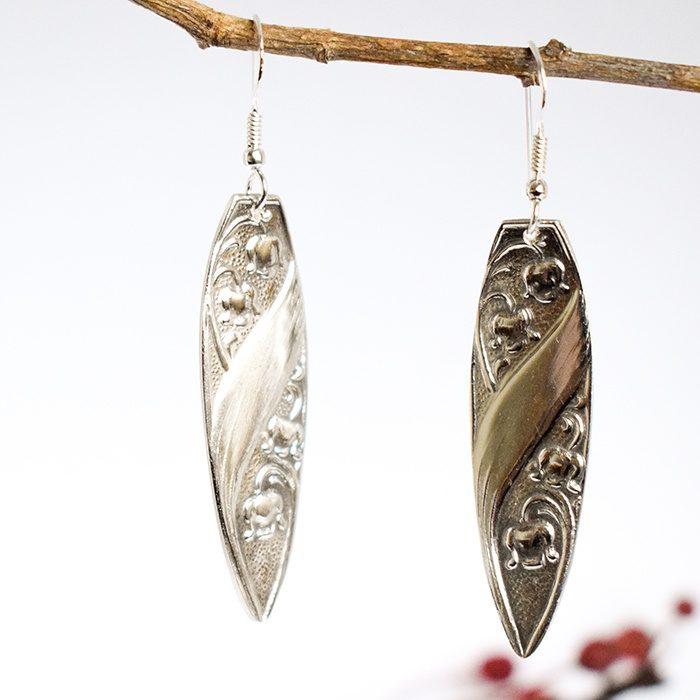 Kielonkukat-korvakorut ovat lusikanvarsista designatut riippuvat korvakorut.
