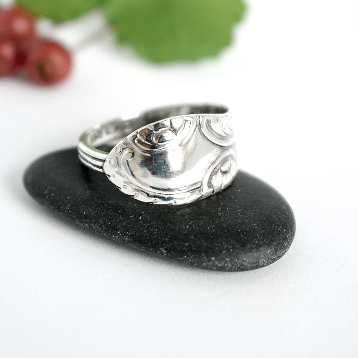 Kierteet-sormus, joka on muotoiltu hopealusikan varresta.