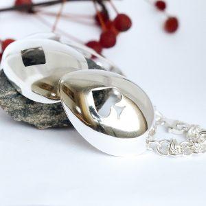 Kortit-rannekoru, jossa yhdistetty neljä hopealusikan pesää, joihin sahattu sydän, ruutu, risti ja pata.