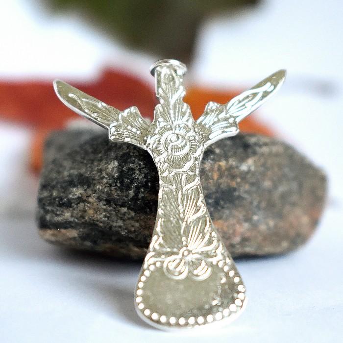 Kukkaenkeli-riipus, joka muotoiltu ruotsalaisesta hopeisesta mokkalusikasta.