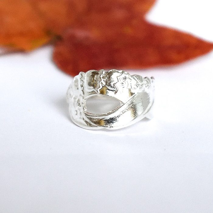 Kukkaketo-sormus, joka on muotoiltu hopeisen kahvilusikan varresta.
