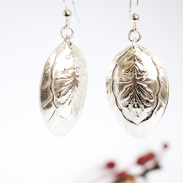 Sterling-hopeasta valamalla tehdyt lehdykät rroikkuvat korvakorut.