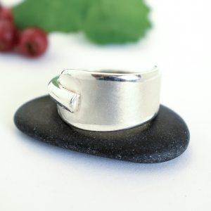 Matta-sormus on leveä hopeasormus, joka on designattu vuonna 1921 valmistetun lusikan varsiosasta. Sormus on hiekkapuhallettu ja reunat jätetty kiiltäväksi.