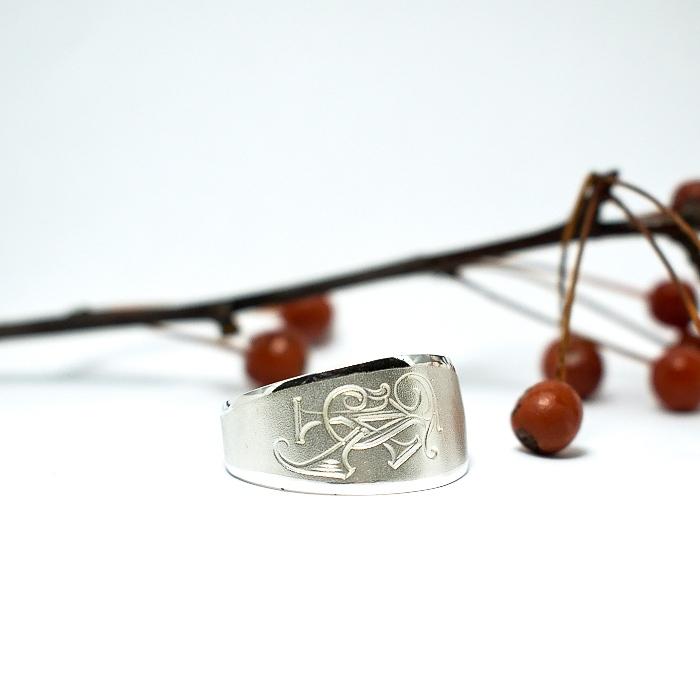Monogrammi-sormus on hopeasormus, joka on muotoiltu lusikan varsiosasta, koristeena monogrammi.