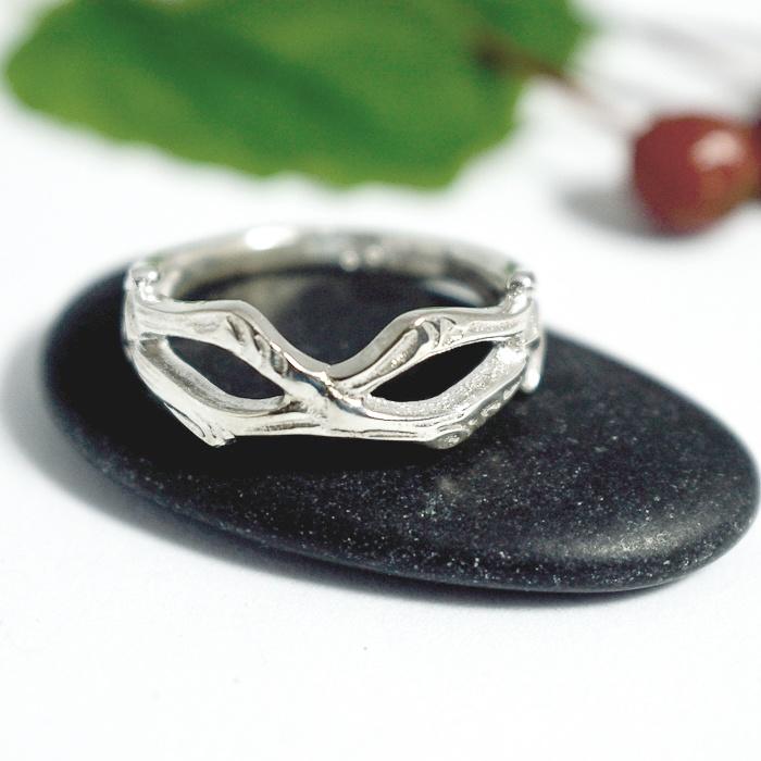 Naamio-hopeasormus, joka on designattu hopeisen kahvilusikan varresta.