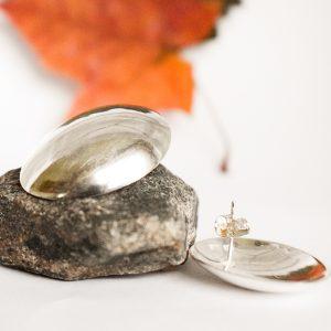 Pesa-tappikorvakorut, jotka muotoiltu hopealusikan pesista.