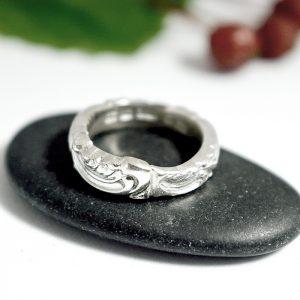 Rokokoo-sormus, joka on muotoiltu hopealusikan kapeasta varsiosasta.