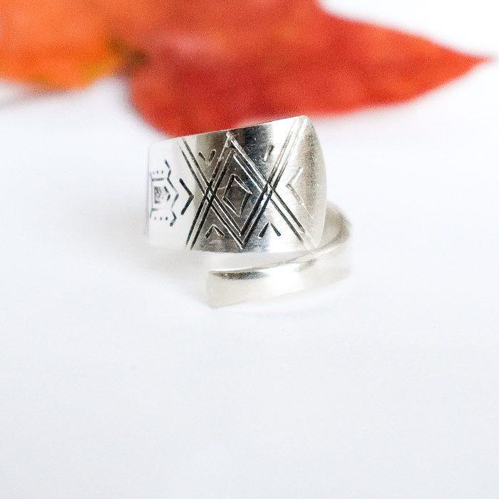 Saamelaissormus, joka on hopealusikan varresta muotoiltu.