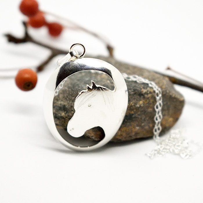 Suomenhevonen-riipus on designattu hopealusikan pesästä.