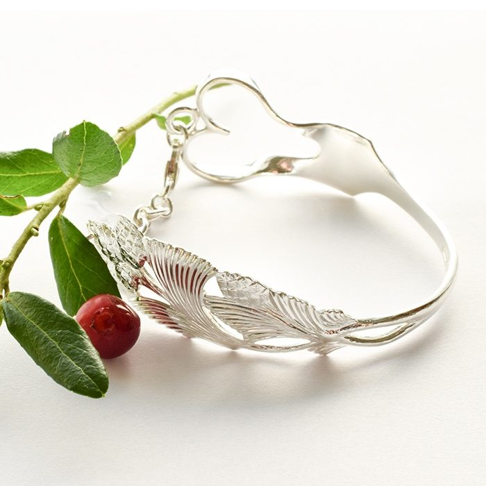 Sydänkäpy-rannekoru, joka on muotoiltu hopeahaarukasta.