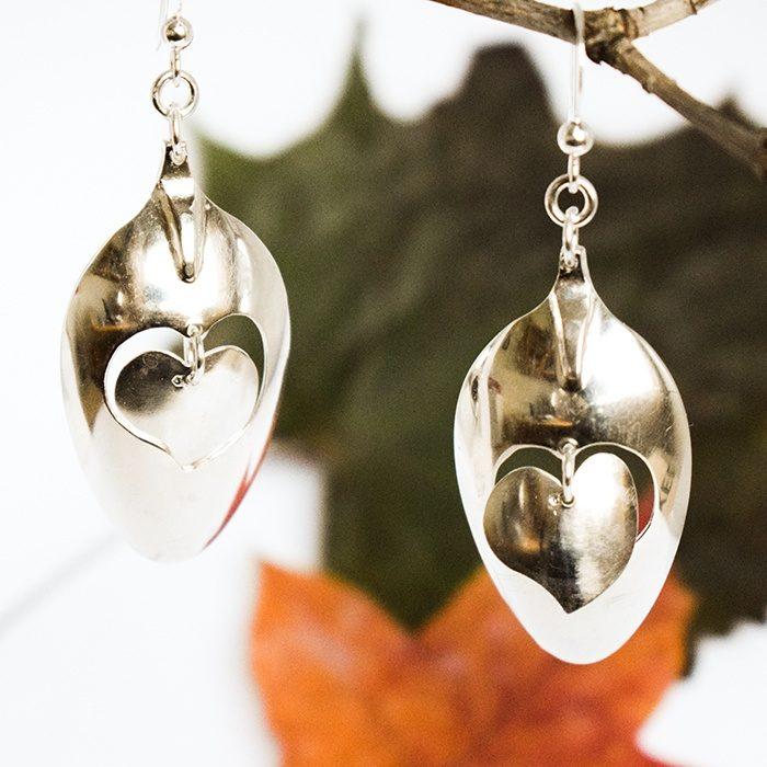 Vallattomat-sydämet korvakorut, jotka valmistettu hopealusikoiden pesistä, joihin on sahattu irrallaan roikkuva sydänkuvio.