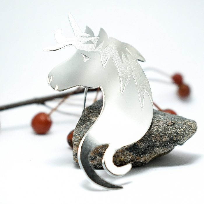 Yksisarvinen-rintaneula, joka muotoiltu Sterling-hopealevystä.
