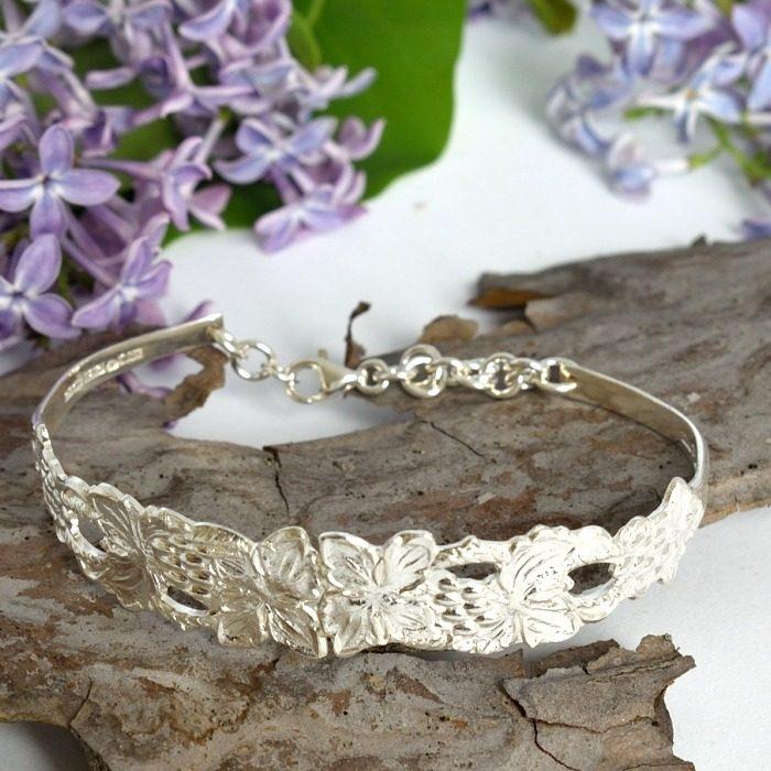 Perhoset-rannekoru, joka on muotoiltu kahdesta yhteenliitetystä hopealusikan varsiosasta.