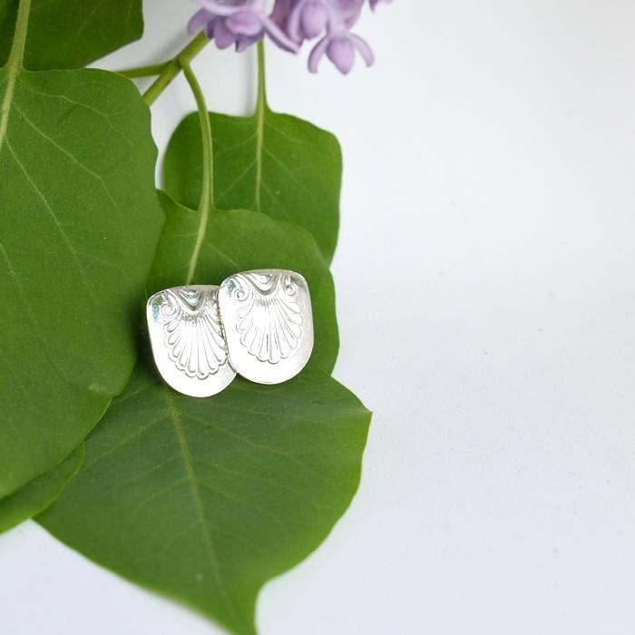 Simpukka-tappikorvakorut, jotka valmistettu hopeisista Musla-lusikoista.