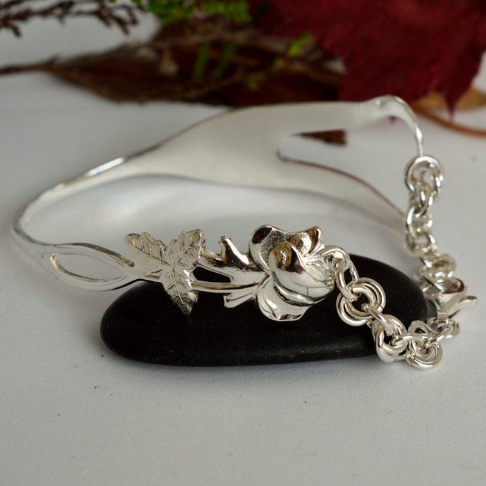 Ruusunen-sydänrannekoru, joka muotoiltu hopeahaarukasta.