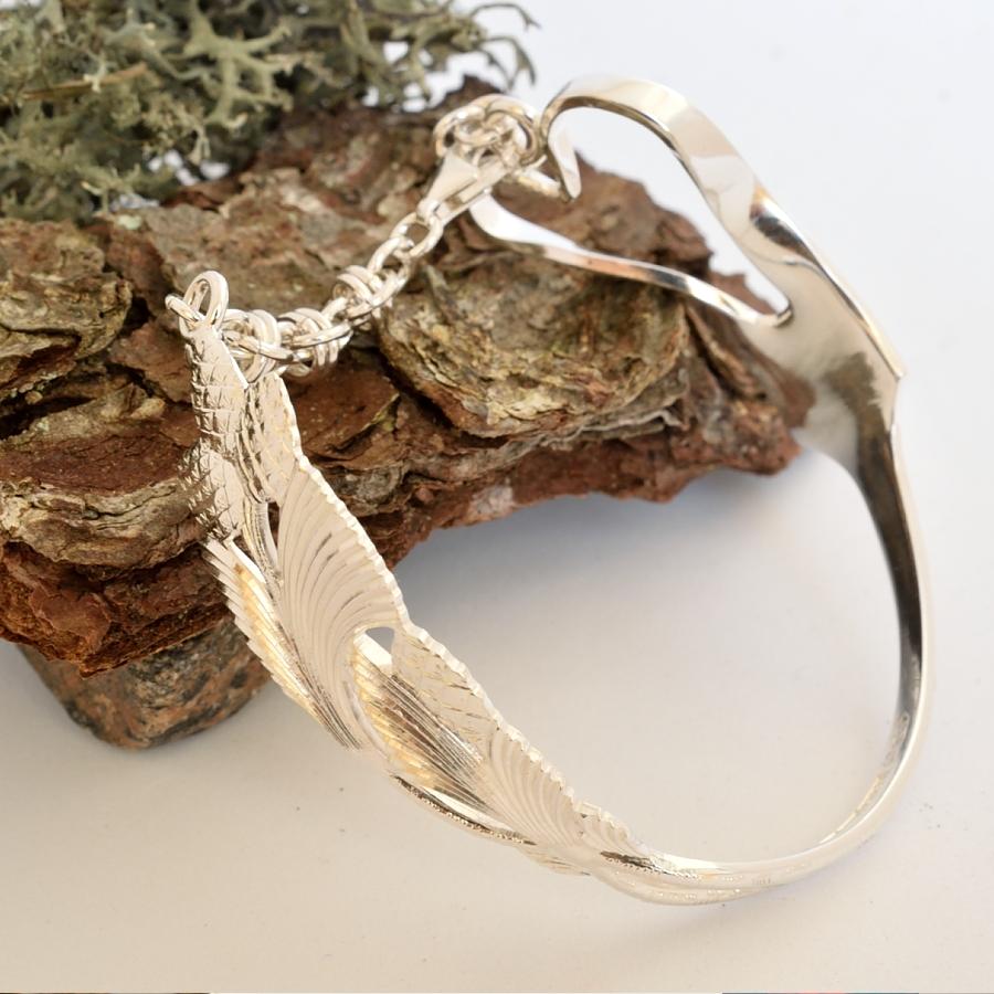 Sydankapy-rannekoru, joka muotoiltu hopeisesta jälkiruokahaarukasta. Haarukan piikit taivutettu sydamen muotoon.