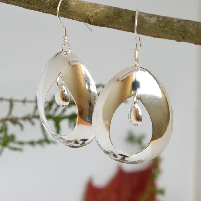 Pisara-korvakorut, jotka on muotoiltu hopealusikan pesistä.