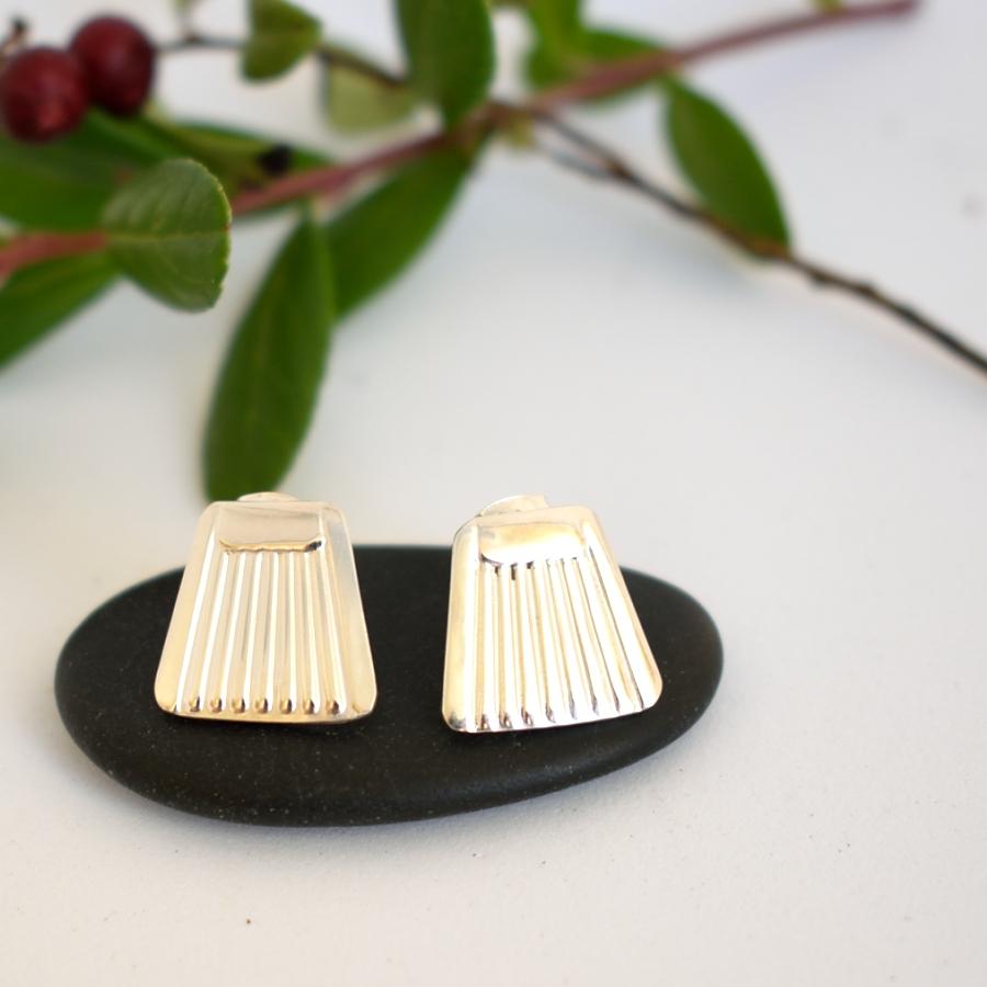 Raita-tappikovakorut, jotka muotoiltu hopeisten Suomi-lusikoiden varren päistä.