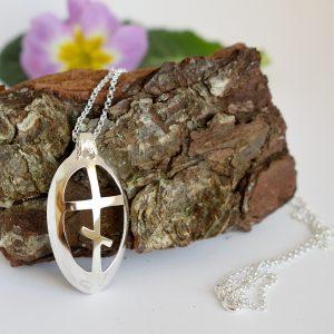 Ortodoksi-ristiriipus, jonka risti on muotoiltu hopealusikan pesäosaan.