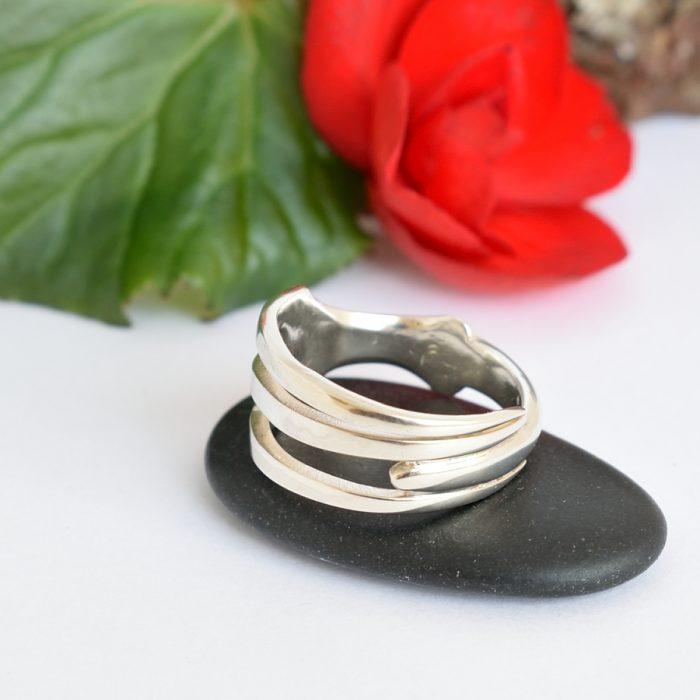 Haarukkainen-sormus on valmistettu hopeisesta kolmepiikkisestä haarukasta.