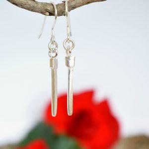Naulat-korvakorut, jotka on muotoiltu hopealusikan varsista muistuttamaan hevesenkenkänauloja.