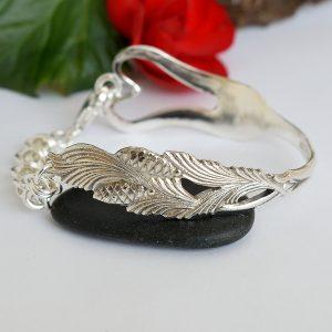 Pieni-sydänkäpy-rannekoru on designattu hopeisesta leikkelehaarukasta.