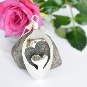 Sydämet-riipus on designattu hopealusikan pesästä.