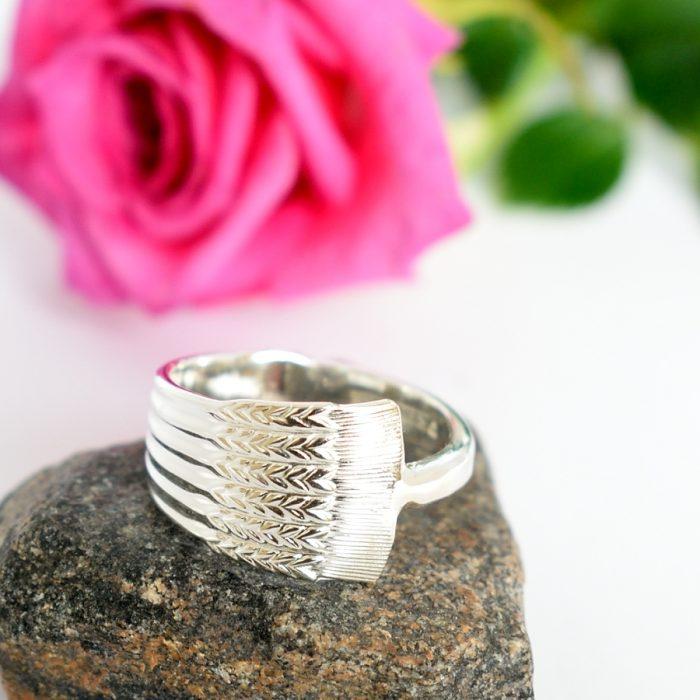 Tähkä-sormus, joka on designattu hopeisesta Tähkä-kahvilusikasta.