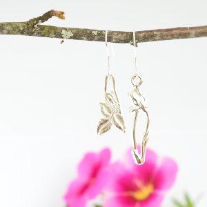Eripari-korvakorut on muotoiltu kahdesta erilaisesta lusikasta. Toinen koru on kukan lehti ja toinen tulppaani.