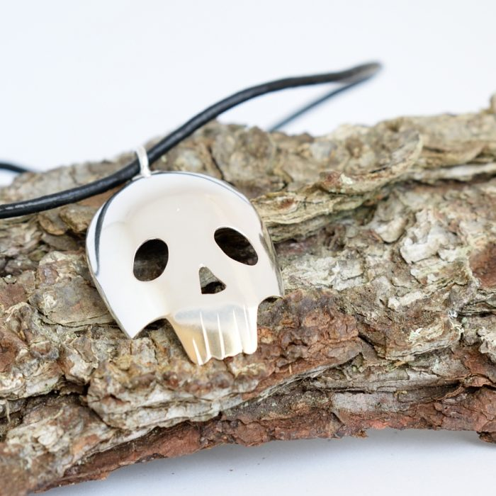 Kallo-riipus, joka on designattu hopealusikan pesästä. Riipusnauha nahkaa.