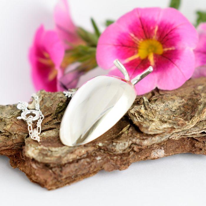 Koppakuoriainen-riipus on designattu hopealusikan pesästä.