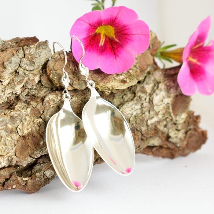 Lusikanpesä-korvakorut on designattu saksalaisten hopealusikoiden pesistä.