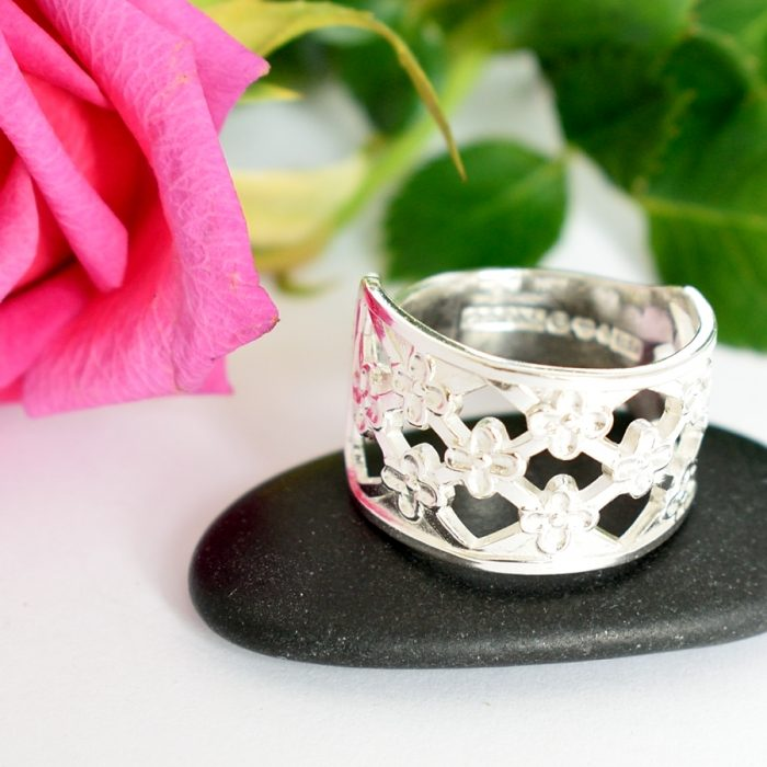 Princess-sormus on designattu hopeisen ruotsalaisen kahvilusikan varresta.