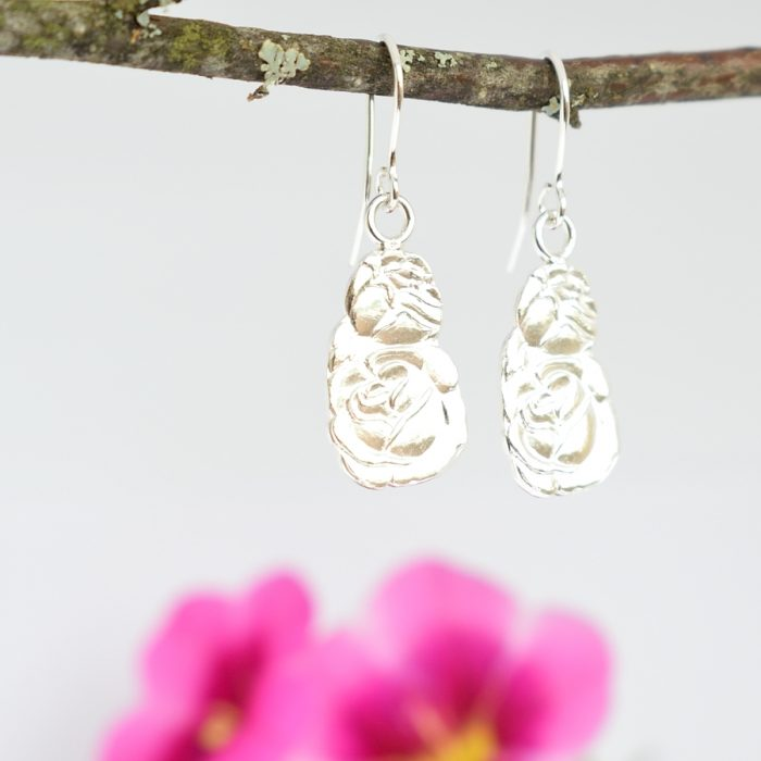 Ruususet-korvakorut on designattu hopeisten ruusuisten lusikoiden varsista.