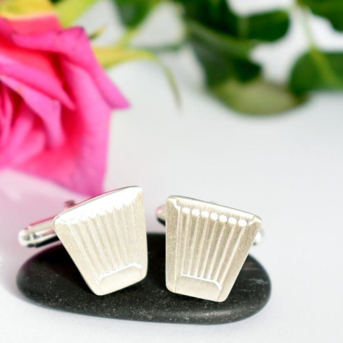 Suomi-huurrekalvosinnapit on designattu hopeisista Suomi-kahvilusikoista.