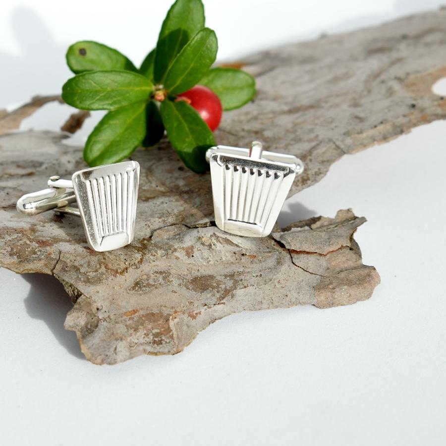 Suomi-kalvosinnapit on designattu hopeisista Suomi-kahvilusikoista.