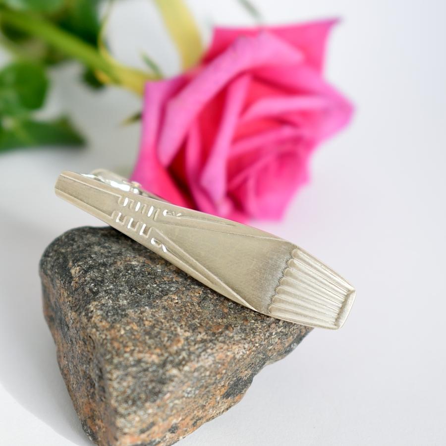 Suomi-solmioneula on designattu hopeisesta Suomi-lusikasta.