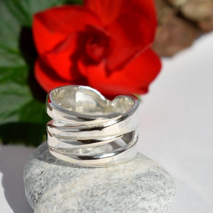 Tuplahaarukka-sormus on designattu kahdesta hopeisesta leikkelehaarukasta.